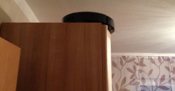Roomba 780 auf dem Kleiderschrank