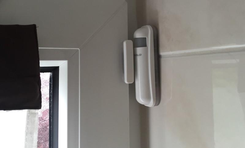 devolo Home Control Fensterkontakt befestigt