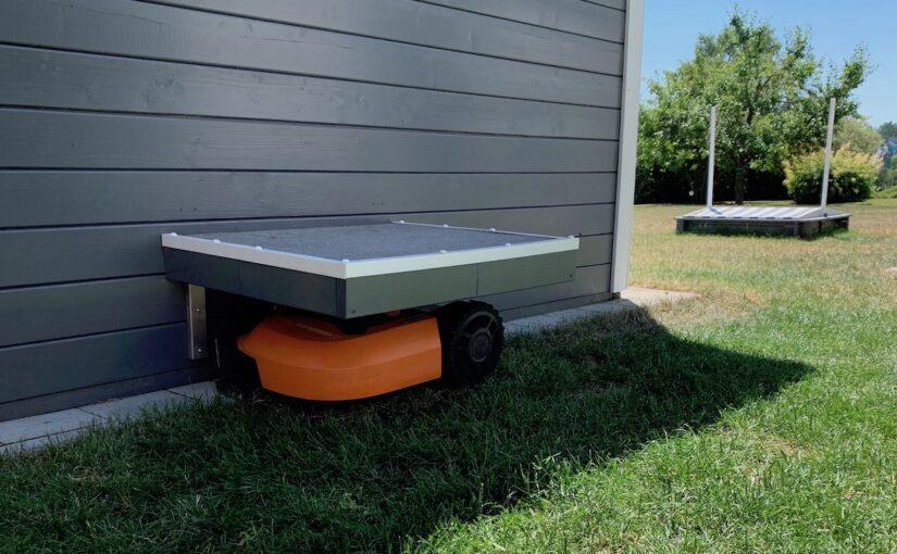 worx landroid m500 wr141e artikelbild mit dach ueberdachung 825x510 - Test - Worx Landroid M500 2019 (WR141E) - Mähroboter