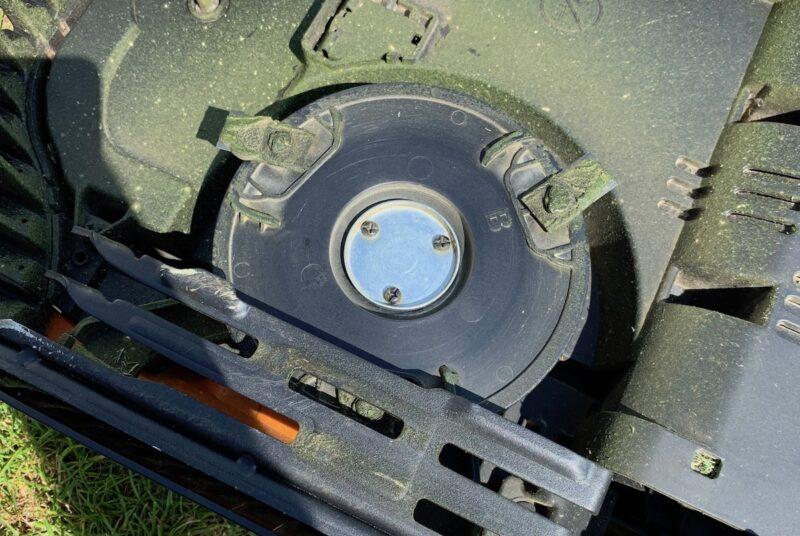 worx landroid m500 wr141e getrocknete gras reste messer 800x536 - Test - Worx Landroid M500 2019 (WR141E) - Mähroboter